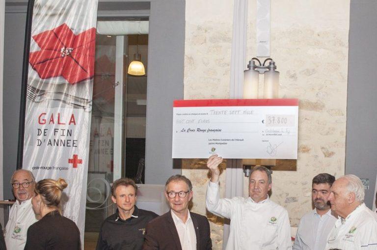 Remise du chèque à la Croix-Rouge