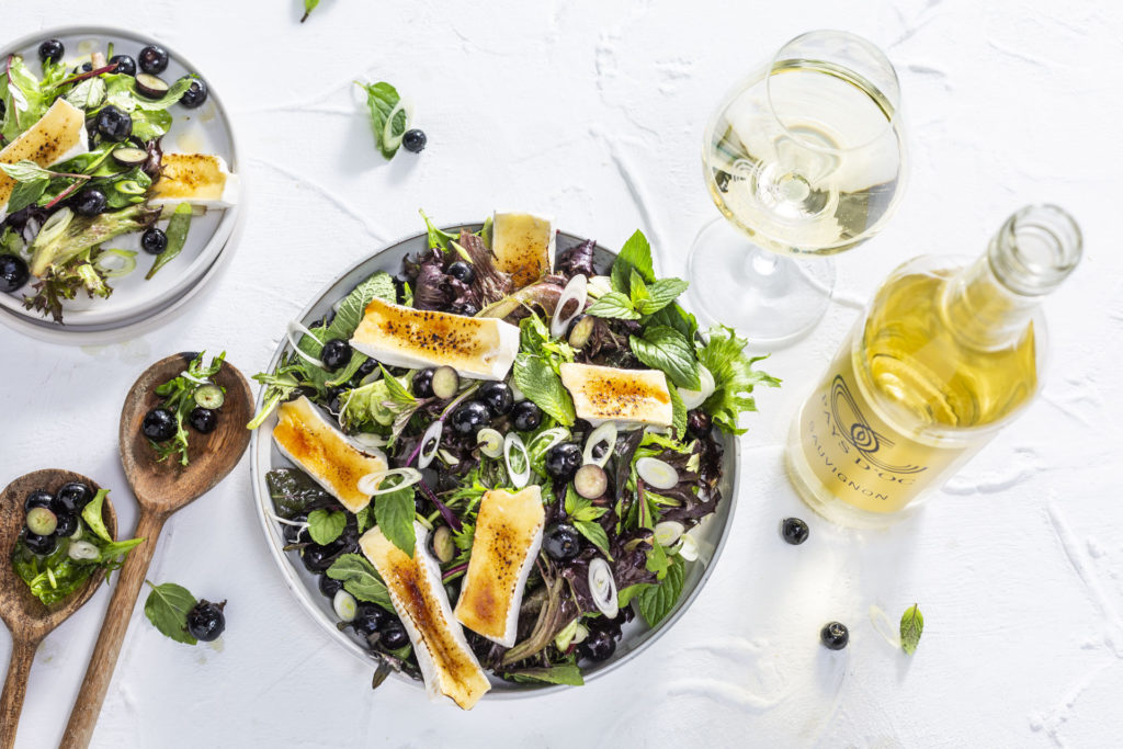 Heidelbeer-Minzsalat mit karamellisiertem Brie & Pays d'Oc IGP Sauvignon Blanc