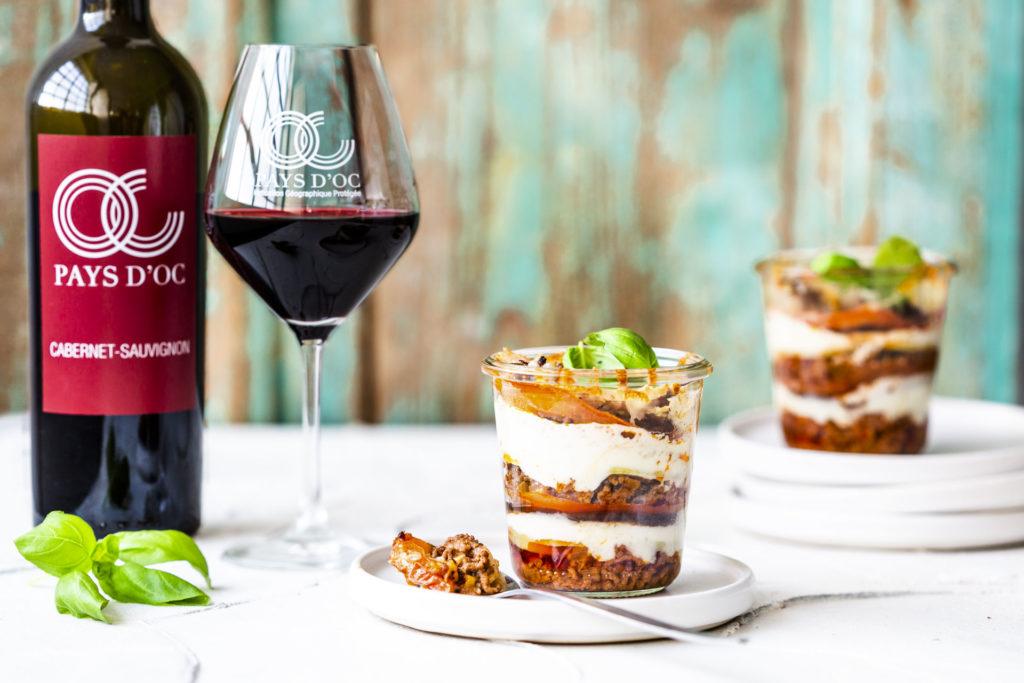 Mini-Moussaka im Glas & Pays d'Oc IGP Cabernet-Sauvignon