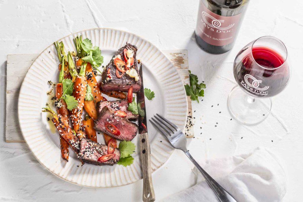Teriyaki-Roastbeef mit Sesam-Möhren & Pays d'Oc IGP Cabernet-Sauvignon